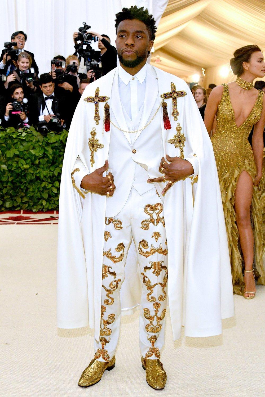 """Chadwick Boseman O protagonista do estrondoso """"Pantera Negra"""" abre a nossa galeria explicitando tudo que dissemos acima. Meio que num costume papal, o ator foi um dos expoentes dessa mistura entre moda e catolicismo."""