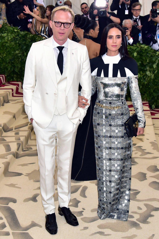 Paul Bettany Flertando com a temática religiosa, o ator inglês soube manter o seu ótimo nível de elegância optando por um terno de três peças minimalista. Faltou um pouco mais de capricho na camisa e no colete, que ficaram um pouco folgados demais. De resto, só elogios.