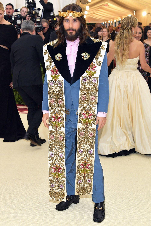 Jared Leto Não temos muito o que falar aqui. Apenas aceitar que mesmo que muito elegante na maioria dos casos, Jared Leto inventa cada uma…