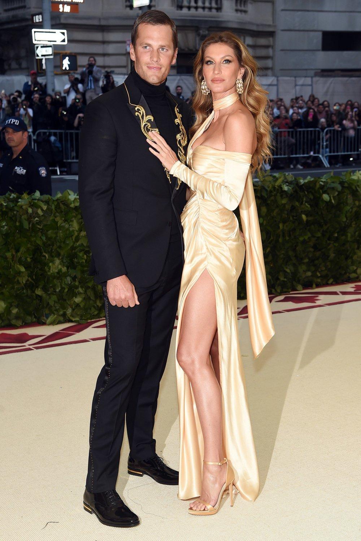 Tom Brady Apesar de também aderir os ornamentos dourados na lapela e alguns brilhos discretos na calça, Brady se saiu bem. Adequado a proposta e ao mesmo tempo elegante, com um traje cortado precisamente e uma gola rolê indefectível.