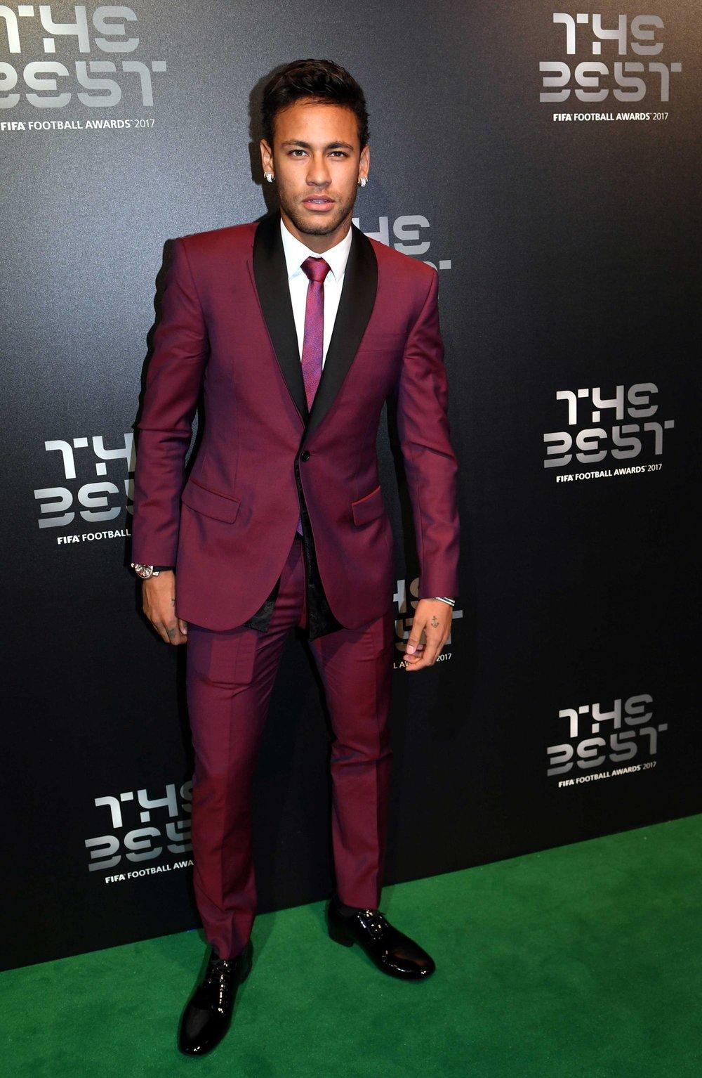 Contradizendo Neymar, aqui temos um exemplo ótimo de corte preciso com combinação de cores de bom gosto. Apesar de não muito comuns, as peças são lisas e não representam nenhum exagero. O cabelo, apesar de não ser nota 10, passa ileso na nossa análise.