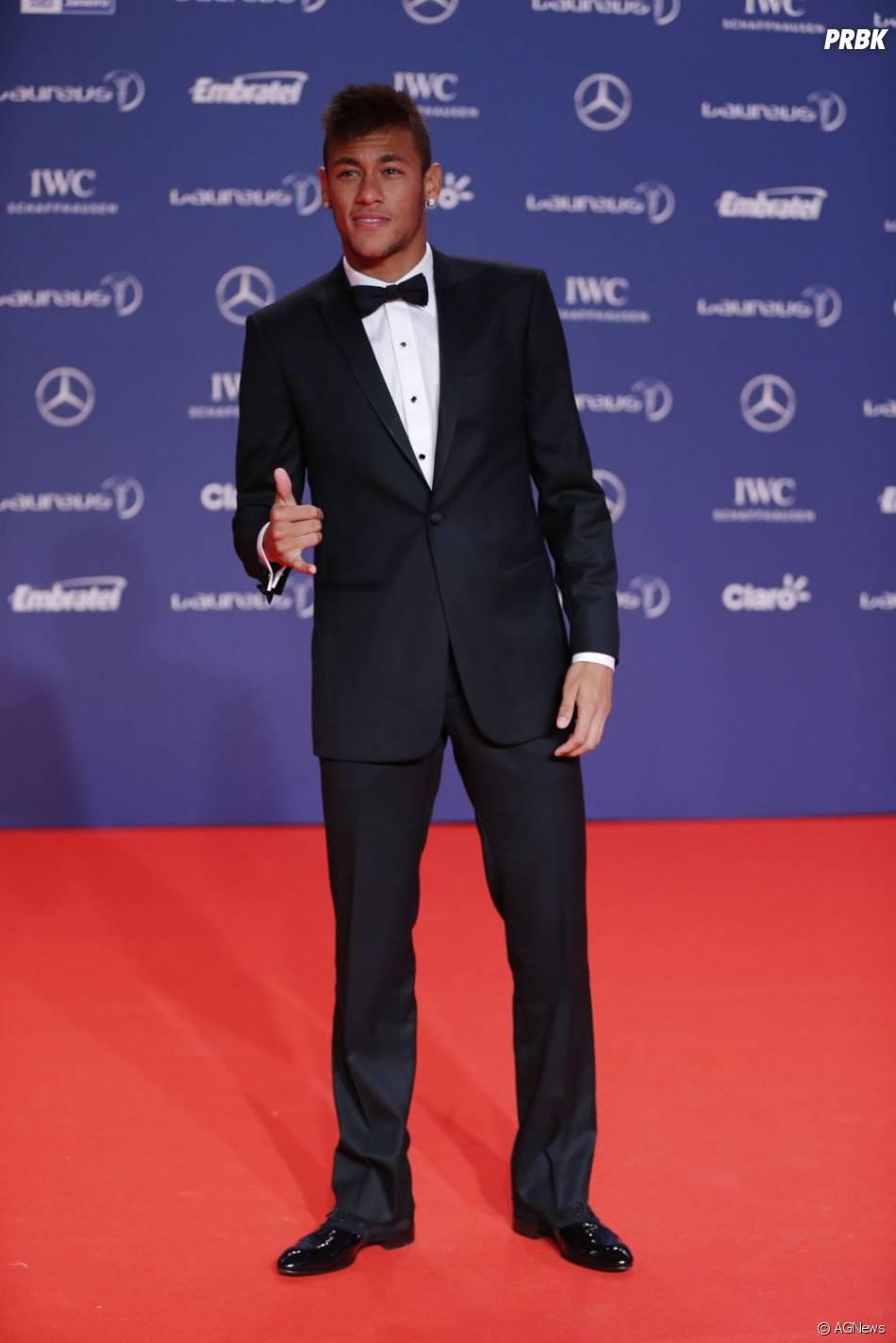 Fechando a galeria de bons momentos fashion de Neymar, mais um caso onde a simplicidade trabalha a favor da elegância. Corte preciso e cores discretas, nada mais. O paletó poderia ser um pouco mais curto e a calça ficou com algumas sobras do joelho para baixo, mas isso é capricho e o resultado merece elogios.