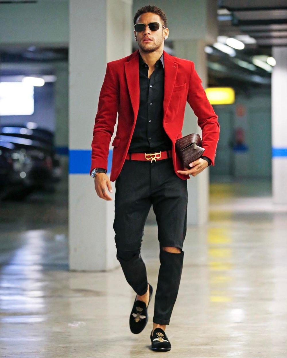 Novamente o exagero de informação. Blazer e cinto vermelho, calça de alfaiataria rasgada e o sapato com bordado. Vale elogiar a escolha dos óculos, da camisa e o cabelo, que tava um pouco mais comportado.