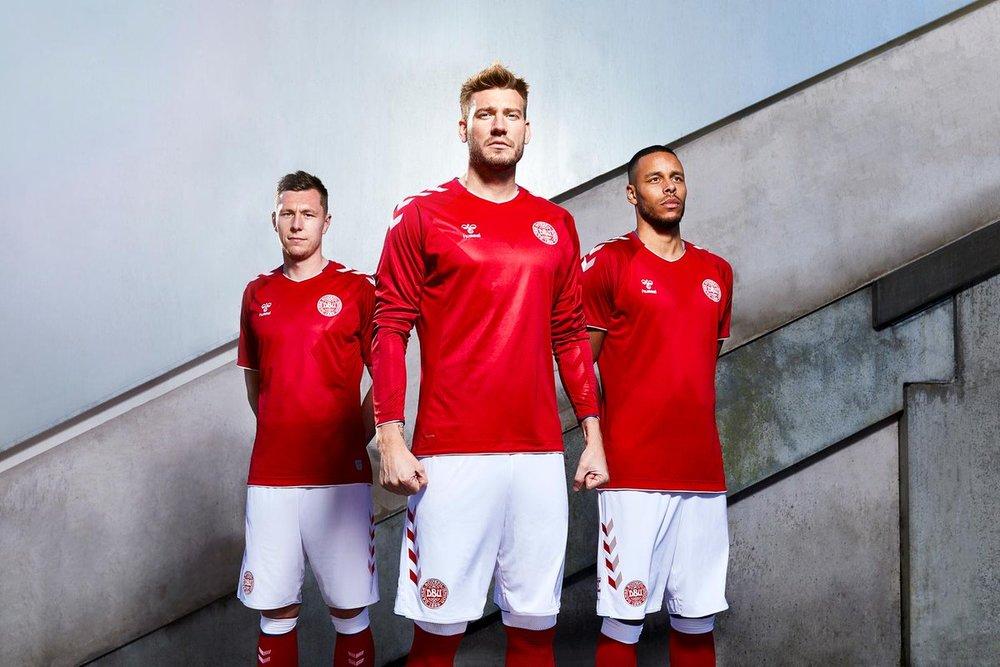 Dinamarca - titular Outra que não ousou muito na confecção. Com detalhes na manga e um leve relevo na parte frontal, a  dinamáquina  é mais uma que vestirá vermelho na Rússia.