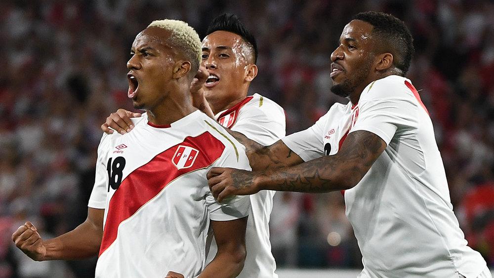Peru - titular A clássica camisa titular peruana também se faz presente. A tradicional faixa diagonal vermelha faz dela uma das mais icônicas do futebol internacional.