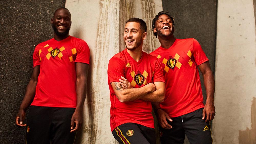 Bélgica - titular Fazendo referência ao time de 1984, esse ano os belgas contam com uma estampa  argyle  no peito nas cores da bandeira nacional. Elegante e diferente.