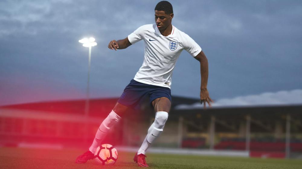 Inglaterra - titular Também incorporando o minimalismo branco, os ingleses têm talvez o seu uniforme mais elegante em décadas. Simples, discreta e ao mesmo tempo com a elegância digna do país que inventou o futebol.