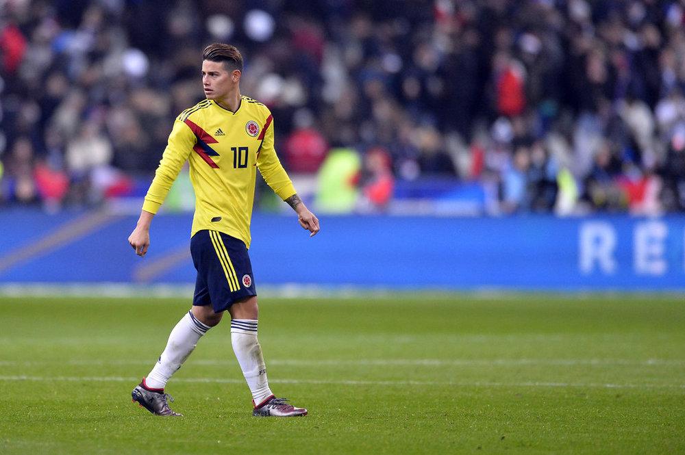 Colômbia - titular Inspirada na famosa seleção colombiana de 1994, a camisa de 2018 traz grafismos nas laterais com as cores da bandeira. O  modelo reserva  mantém o mesmo bom gosto.