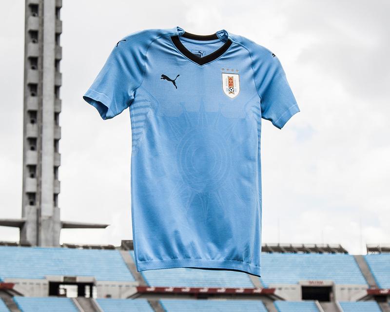 """Uruguai - titular A clássica e belíssima celeste encerra a nossa lista em grande estilo. Com o """"Sol de Atlántida"""" estampado no centro, os uruguaios mais uma vez serão destaques com um dos uniformes mais elegantes da Copa."""