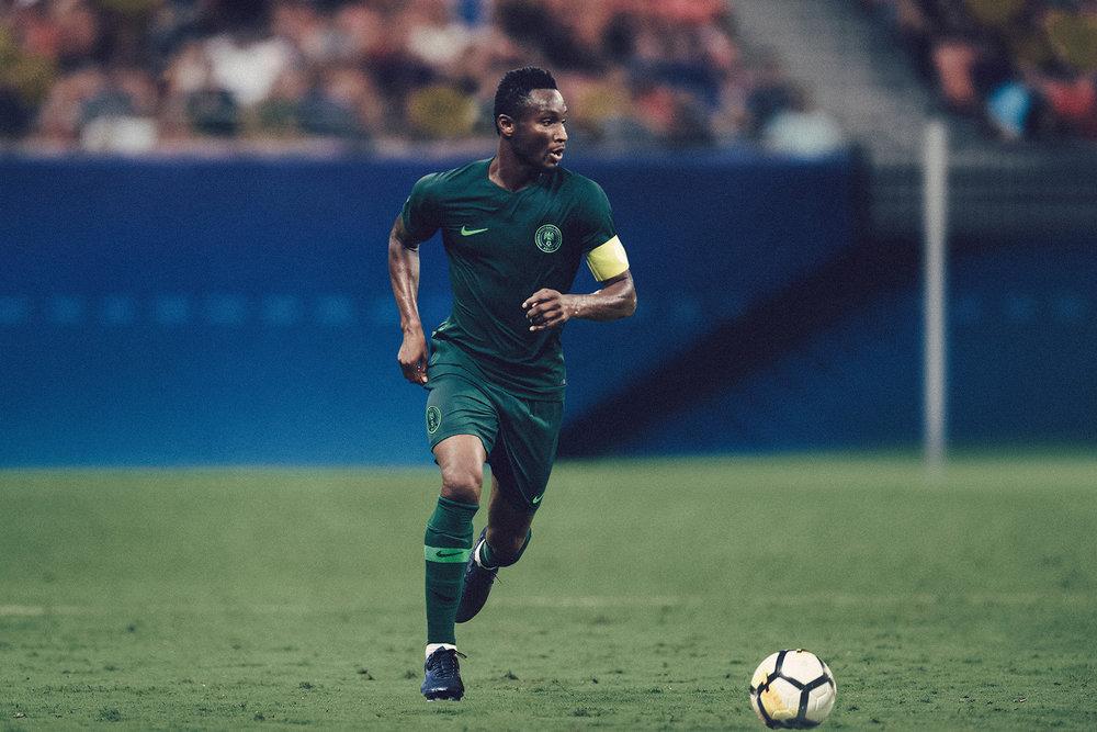 Nigéria - reserva De todas as 32 seleções da Copa de 2018, a Nigéria pode se considerar uma das mais bem vestidas. Nesse modelo reserva, o minimalismo impera com um tom escuro de verde. Não poderíamos, no entanto, deixar de ressaltar o contraste de estilos na igualmente bela  camisa titular .