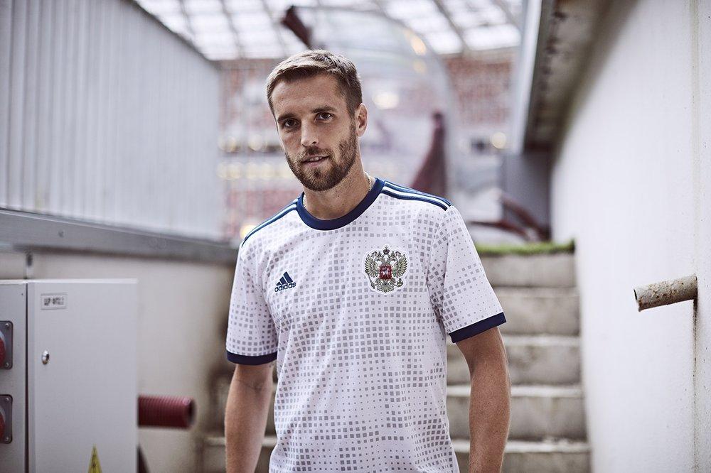 Rússia - reserva Mais elegante do que a  titular , a camisa reserva da seleção anfitriã conta com uma estampa discreta e interessante. Nem parece camiseta de futebol.