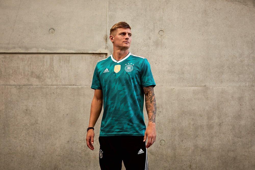 Alemanha - visitante Verde em homenagem ao uniforme de 1994. Grafismos em tom sobre tom deixam a camisa diferente e ao mesmo tempo num certo padrão de discrição. Gostamos.