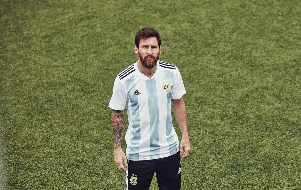 Argentina - titular Um belíssimo clássico revisitado, com as tradicionais listras azuis apenas no meio da camiseta. Vale destacar também o modelo  reserva , igualmente elegante e imponente.