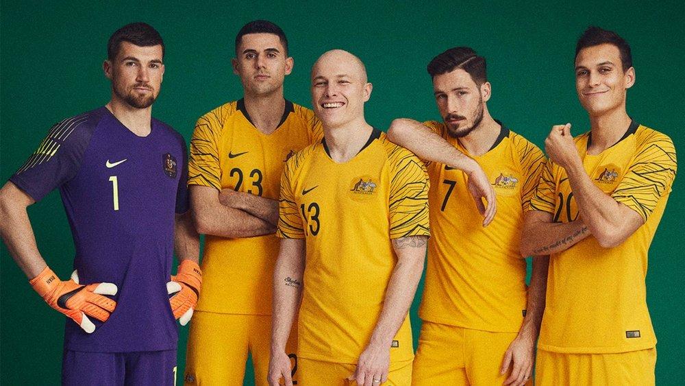 Austrália - titular Mantendo a já tradicional combinação amarelo e verde, o uniforme australiano esse ano conta com relevos na manga, representando o  mar de ouro .