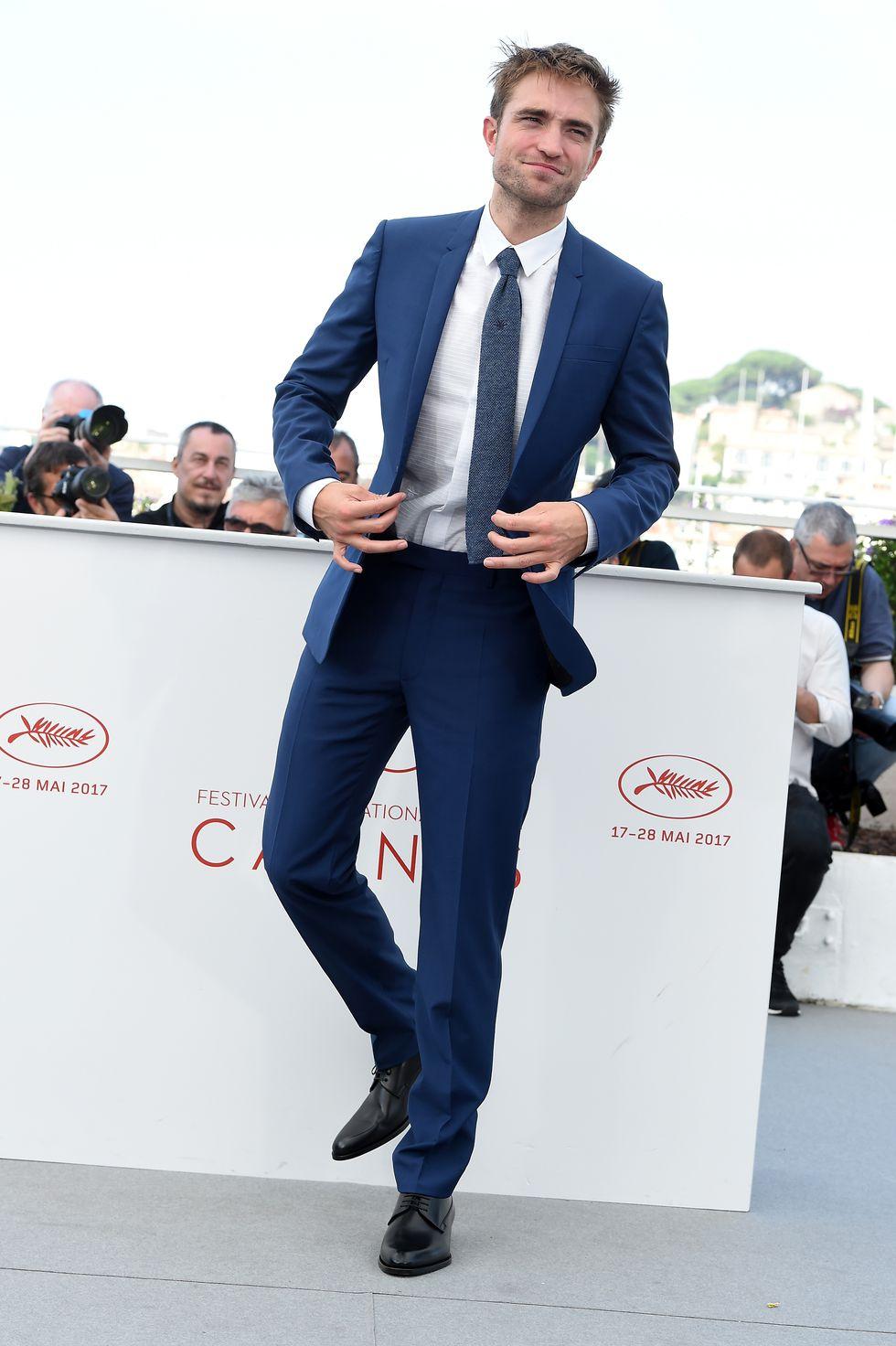 Mas se a ideia é formalizar um pouco mais, camisa lisa branca e gravata (nesse caso, de tricô). Sapatos pretos (que também poderiam ser marrons) fecham o conjunto de Robert Pattinson com bastante bom gosto. Não precisa de cinto? Se a calça (assim como o resto do traje) está com as medidas exatas, não.