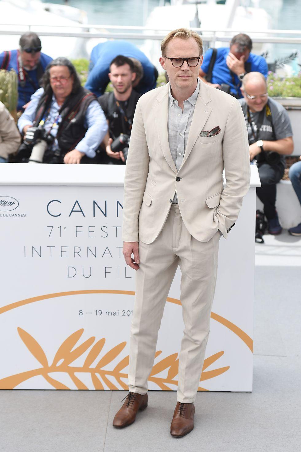 Um dos segredos para estar bem vestido é estar de acordo com a ocasião. Nesse caso, Paul Bettany merece elogios não apenas pelo ótimo corte de cada uma das peças, mas também pela adequação. Eventos de dia, a céu aberto, pedem cores mais claras e o ator inglês soube combiná-las com bastante sabedoria.