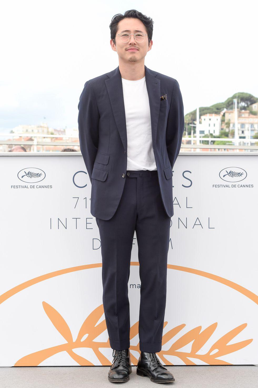 Aqui temos Steven Yeun mostrando que não precisa de muito para um figurino ser elegante. Novamente a camiseta básica se insere num traje social (muito bem cortado, diga-se de passagem) e equilibra o conjunto com simplicidade, conforto e claro, bom gosto. A mesma coisa vale para as botas e os óculos.