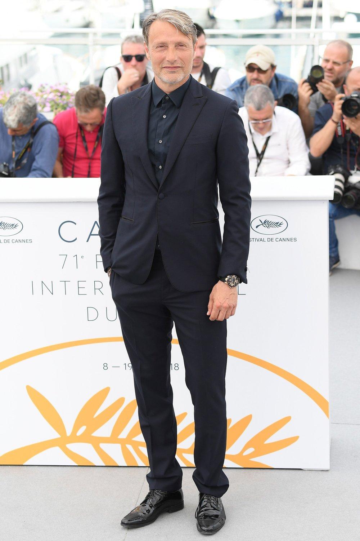 O mesmo vale para Mads Mikkelsen. O ator dinamarquês mostrou tremendo bom gosto para vestir um traje todo preto. Medidas precisas, pouco brilho e nenhuma estampa. Claro que foi um dos mais elegantes, mas debaixo de sol e no clima da Riviera Francesa, alguns tons poderiam ser mais claros.