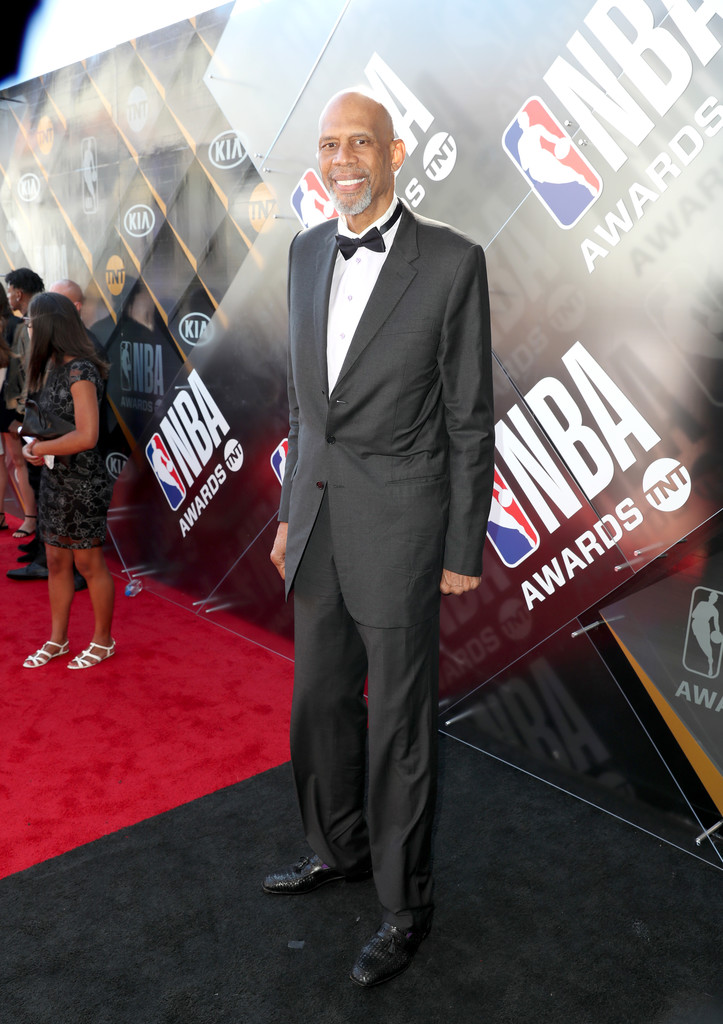 Kareem Abdul-Jabbar Pra muitos um dos maiores jogadores da história, o mestre Kareem ajuda a ilustrar o caso de homens que deixam o desleixo ir tomando conta com o passar do tempo. Ai de quem fale mal desse deus do esporte, mas percebam como o paletó é longo demais - o ideal é que não passe do dedão - e a calça está com sobras. Independente disso, ele sempre vai receber os nossos aplausos.