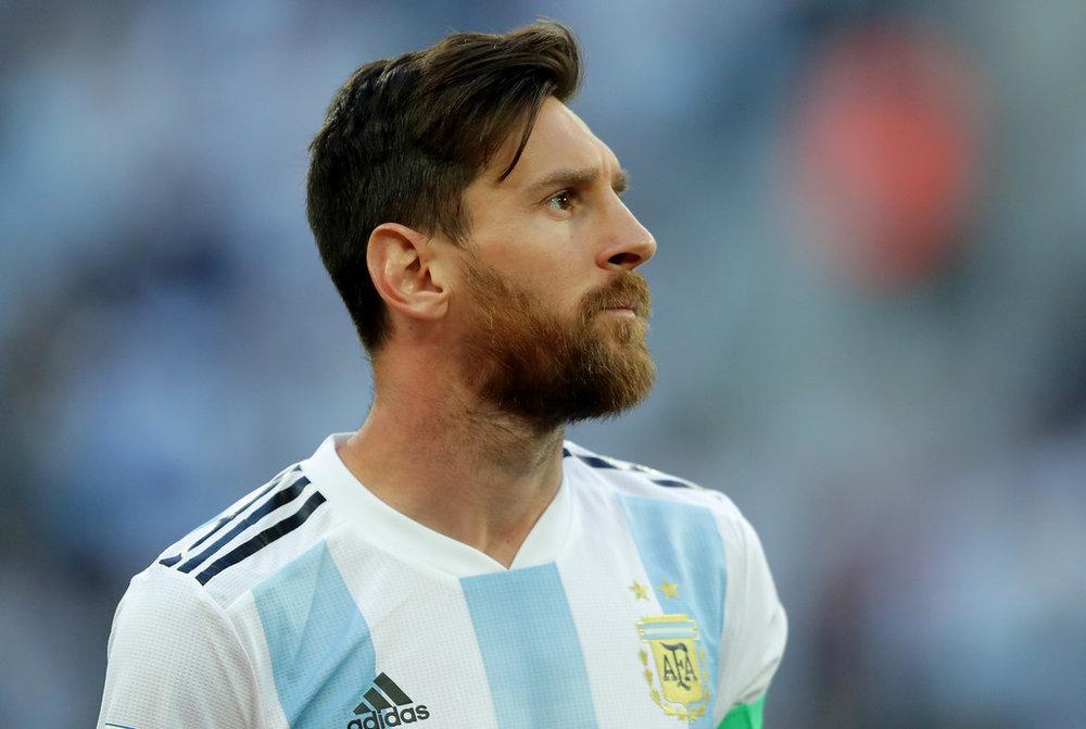 Lionel Messi Ele pode não ter sido o craque da Copa, mas com certeza teve o cabelo digno de destaque. Também adotando um  pompadour  - com a franja mais longa, Messi foi outro que mostrou elegância e bom gosto sem precisar descolorir ou arrepiar o cabelo.