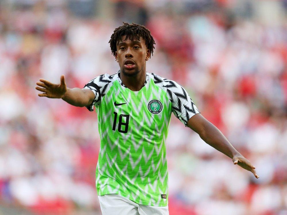 Alex Iwobi Além de vestir uma das camisas mais legais dessa Copa, o nigeriano também fez fez bonito quando falamos de cabelo. Visual com bastante personalidade, mas sem exageros e necessidade de chamar atenção.