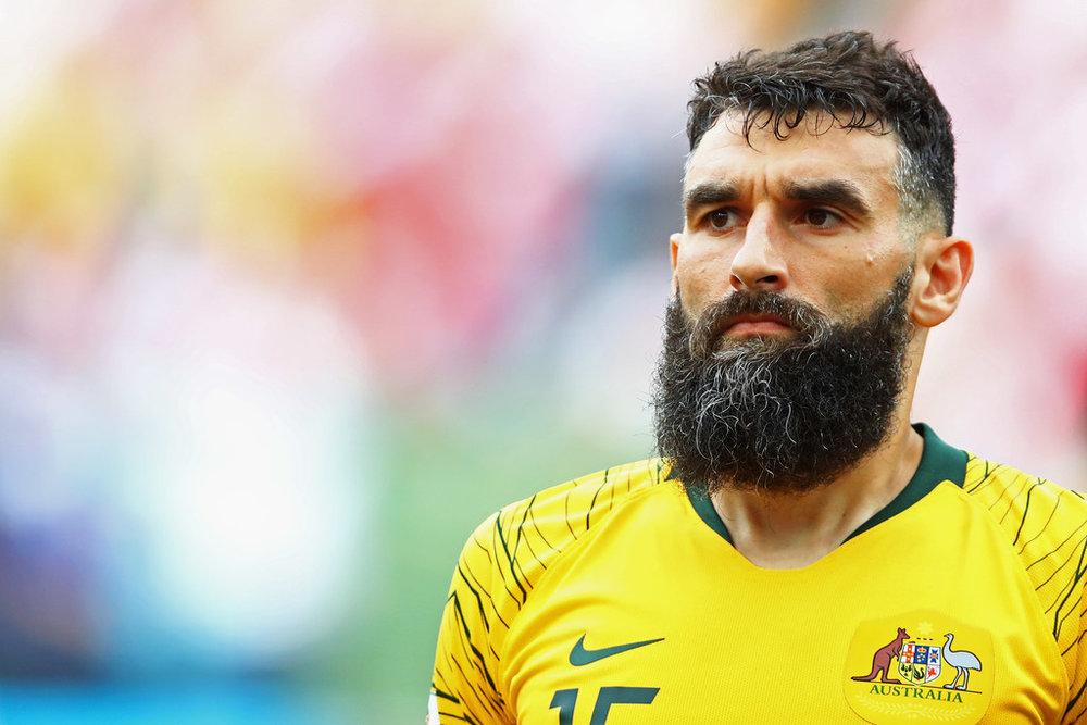 Mile Jedinak Tudo bem que a primeira coisa que chama atenção no visual do meio-campo australiano é a barba. Mas o combo só se completa com esse  pompadour  elegante e perfeito para não atrapalhar durante o jogo.