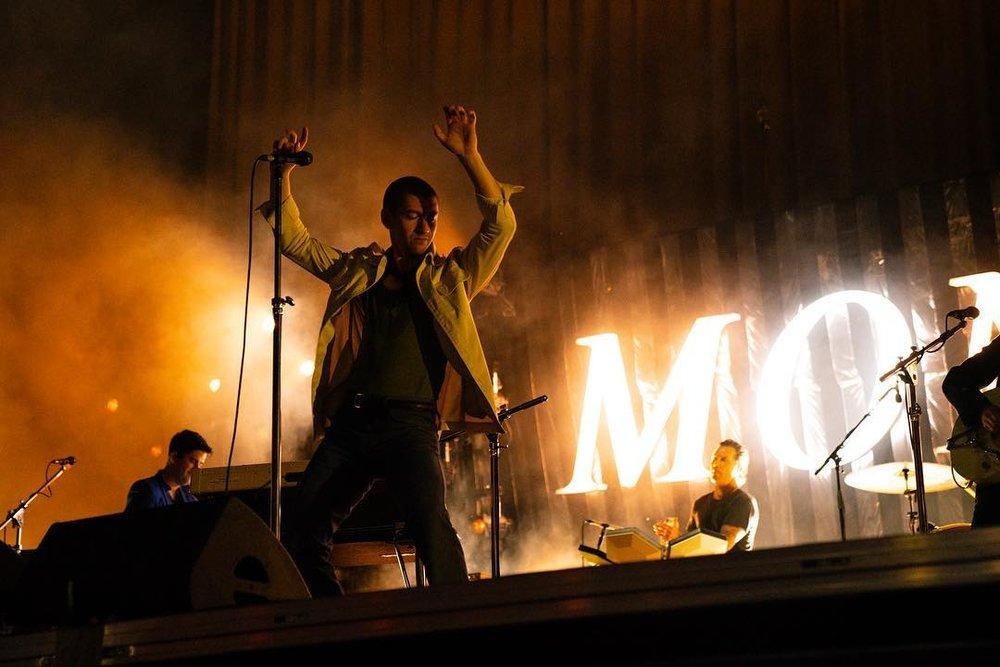 Arctic Monkeys Fechando a galeria do Lolla Chicago, os rapazes de Shefield misturaram boas e más ideias. Na figura de Alex Turner (em primeiro plano), tivemos uma combinação estranha de jaqueta e regata que ainda contou com um par de óculos de lente alaranjada… Estranho, mas a banda teve seu melhor momento com o guitarrista Jamie Cook - que vestiu um traje escuro impecável, e o baixista Nick O'Malley - que mandou ver numa jaqueta de couro muito elegante.