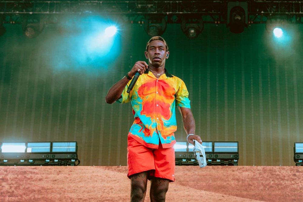 Tyler, the Creator Por outro lado, tivemos essa explosão de cores e informações com o rapper americano. Não é aquilo que chamamos de elegante, em compensação combina tanto com o estilo original e irreverente do cara que não podemos esperar diferente.