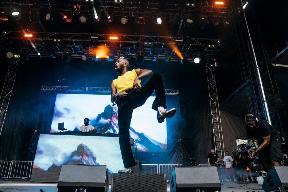GoldLink O rapper americano representa uma questão peculiar em termos de estilo. Ele não segue os padrões do gênero com roupas largas e jóias em excesso para vestir botas, calça aveludada e colete de tricô. Um combo não muito recomendado, mas que merece total reconhecimento pela sua originalidade.