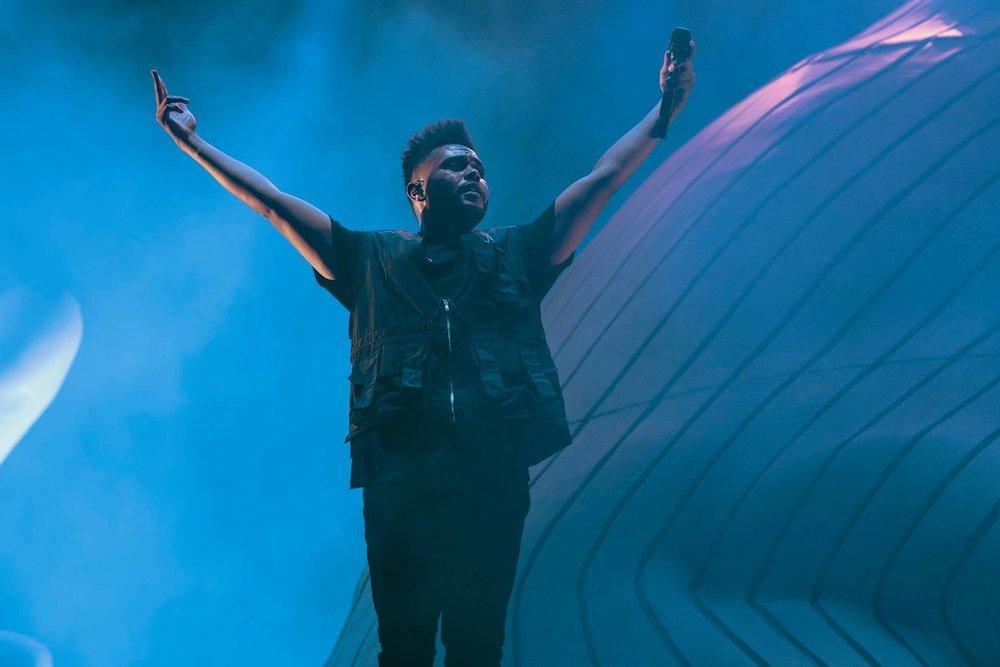 The Weeknd Mais uma vez encabeçando a lista de principais atrações, o rapper canadense segue naquela onda de figurinos estranhos. Não vamos falar que ele tava mal vestido, mas o coletão cheio de bolsos mais parecia figurino de fotógrafo do que de rapper internacional.