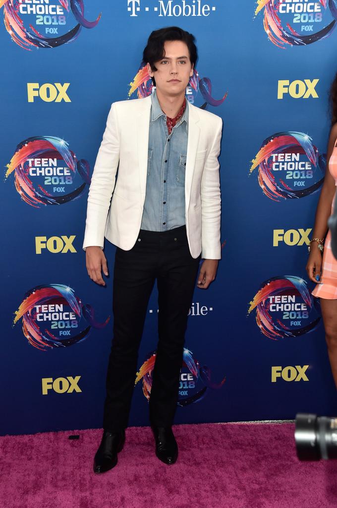 Cole Sprouse fez bonito com essa combinação de cores sóbrias. A camisa jeans deixou o conjunto mais despojado e combinou muito bem com as outras peças. O blazer, se formos seguir as regras mais tradicionais da alfaiataria, ficou curto, terminando quase na altura da cintura. De qualquer forma, foi um dos destaques.