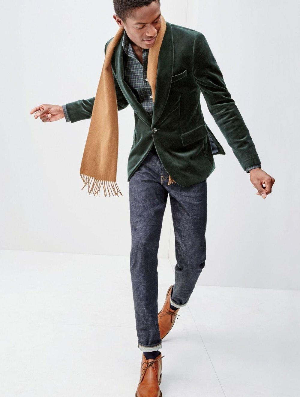 - Varie o tecido Blazer não precisa ser apenas de lã fria ou algodão. Modelos de lã, veludo, couro (sem muito brilho) e camurça são apenas alguns dos caminhos a serem seguidos na hora de buscar uma variação de bom gosto.