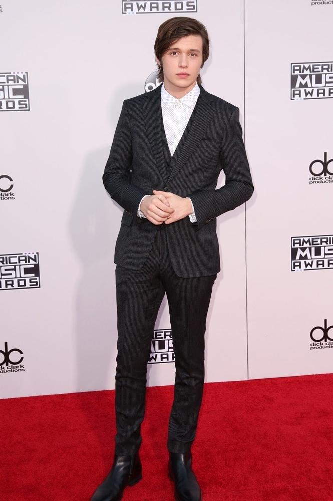 nick-robinson-american-music-awards-2015-02.jpg