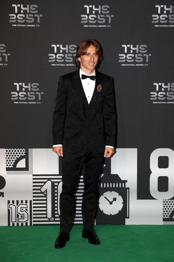 Luka Modric Eleito o melhor jogador do mundo em 2018, o camisa 10 da Croácia e do Real Madrid também mereceu aplausos pelo figurino na cerimônia. Também de terno, ele apostou numa leve textura como diferencial, mantendo tudo num padrão preto e branco sem maiores exageros. De fato, um craque.