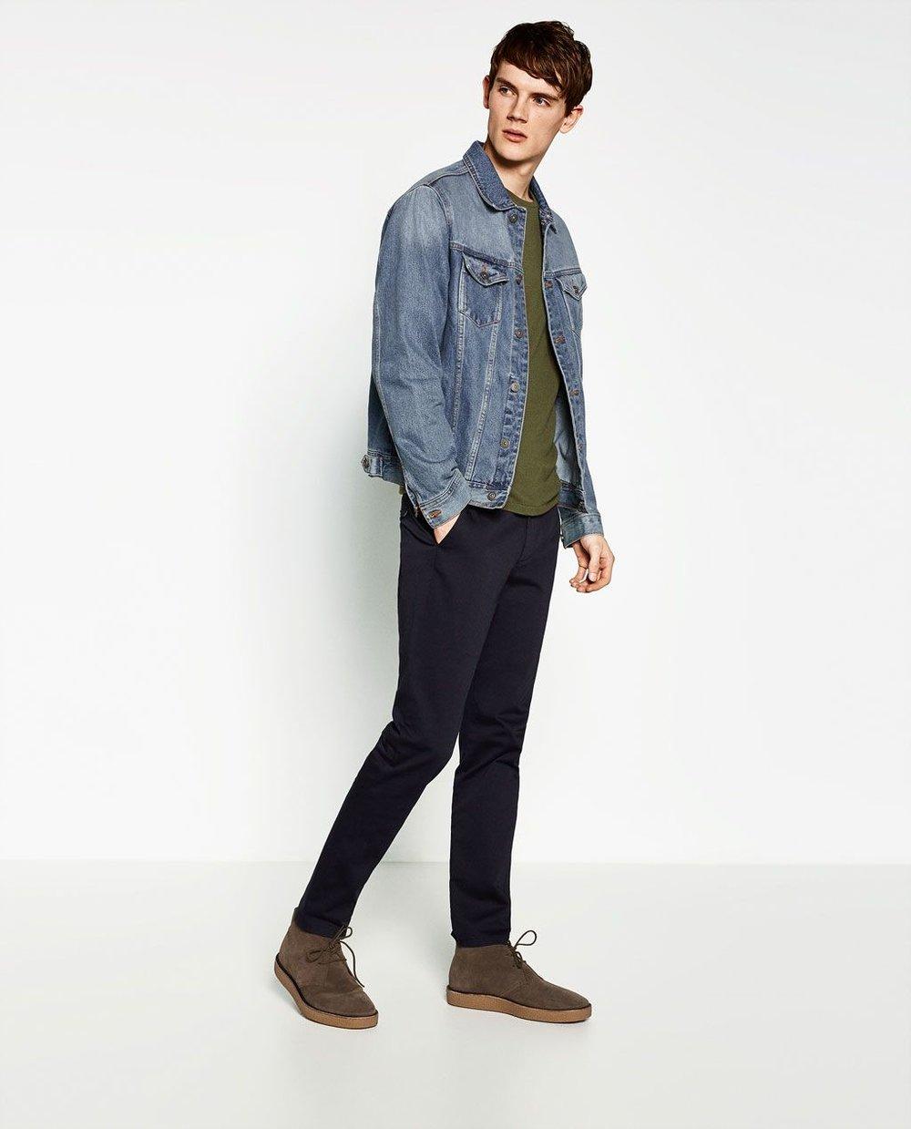 O jeans clássico é fácil de combinar. Seja com peças lisas ou estampadas. Preto, marrom, cinza e branco são ótimas opções.