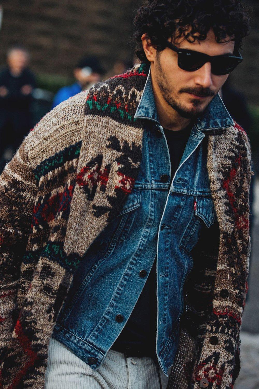 A jaqueta jeans tradicional é tão coringa que abre espaço para estampas e texturas mais marcantes no resto do figurino.