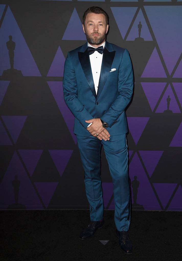 Joel Edgerton O ator australiano foi um pouco mais 'atrevido' e escolheu um tom de azul mais claro para o traje. Lapelas em ponta e em cetim deram um ar clássico na medida certa. Vale ressaltar também o lenço no bolso e a boa escolha de acessórios.
