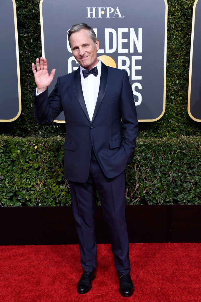 Viggo Mortensen Olha o azul aí. Com um modelo semelhante ao anterior, Viggo optou por lapelas e gravata no mesmo tom do traje - o que deixou o conjunto até um pouco mais discreto. Para melhorar, só um lenço no bolso.