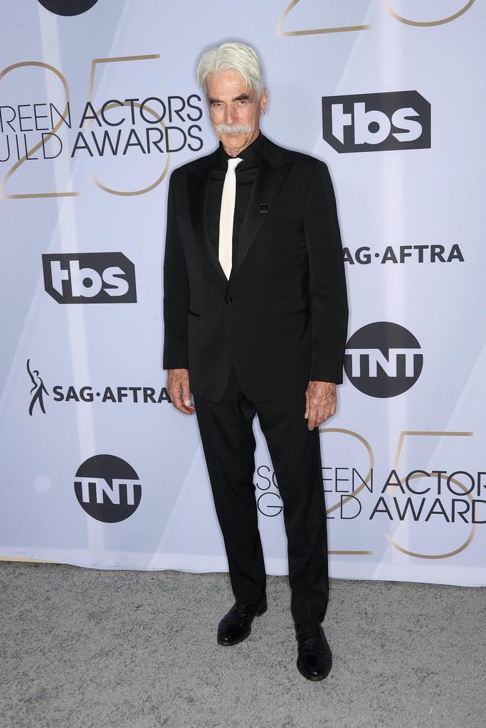 Sam Elliott Dono de um dos bigodes mais famosos do cinema, o experiente ator cometeu apenas um erro: a gravata. Ela nunca deve ser mais clara do que a camisa - no máximo da mesma cor. De resto, a escolha pela lapela  peak  (em ponta) e o conjunto todo preto foram acertadíssimas.