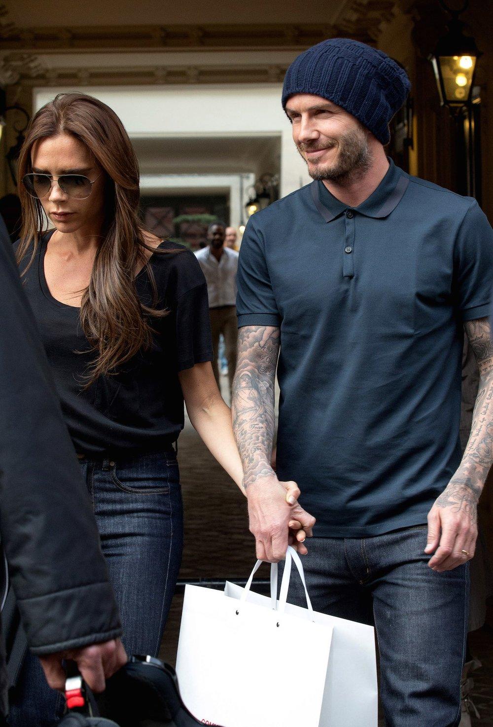 fechando o último botão Se combina com o resto das roupas e com o seu estilo, invista num colarinho fechado. Se olhou no espelho e gostou do resultado, pronto. David Beckham tá aí para mostrar que funciona.