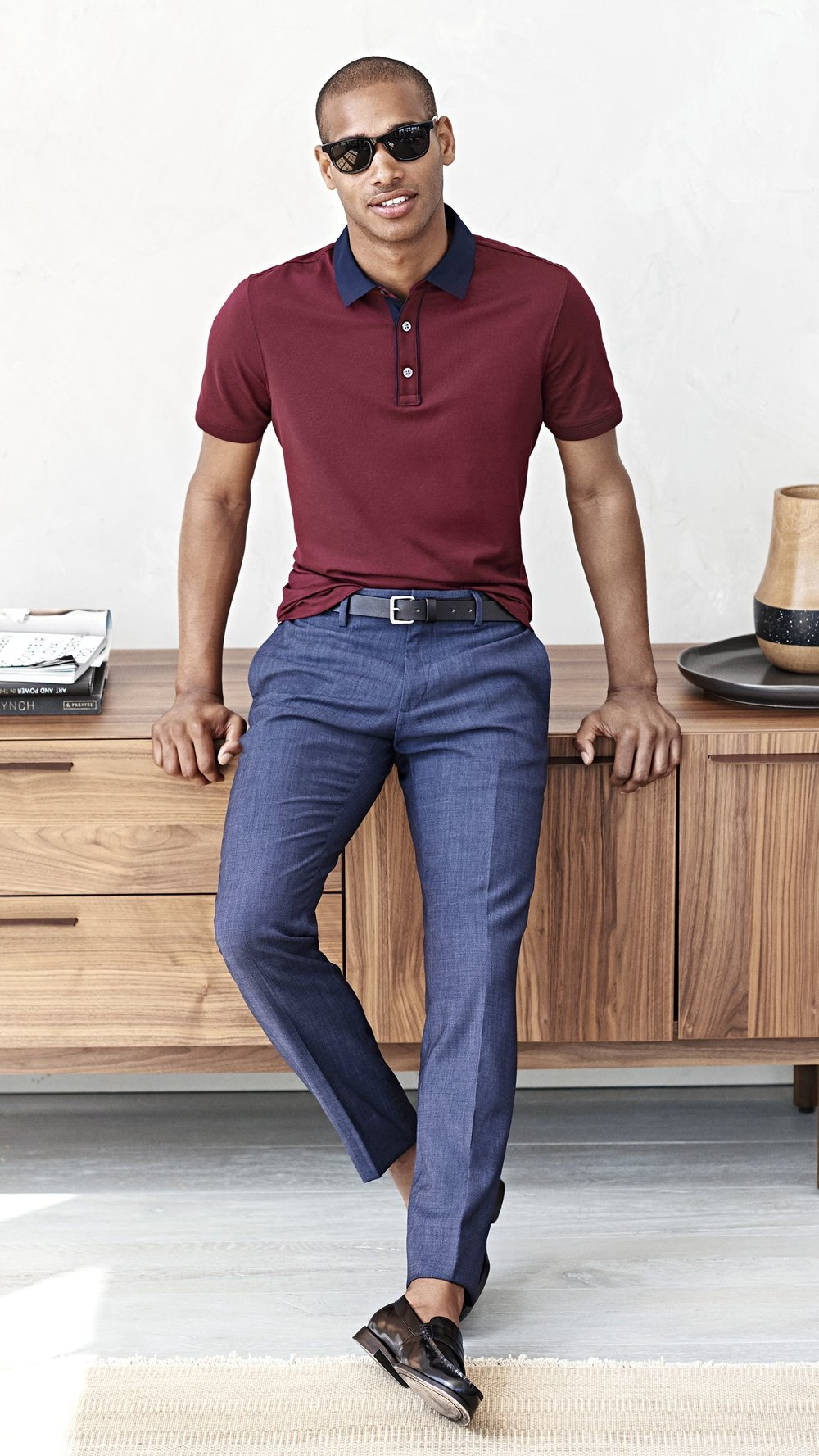 com calça social Falamos  aqui  sobre os diferentes usos da calça de alfaiataria. E com camisa polo não seria diferente. Acertando nas medidas das duas peças o figurino tem tudo para ser destaque.
