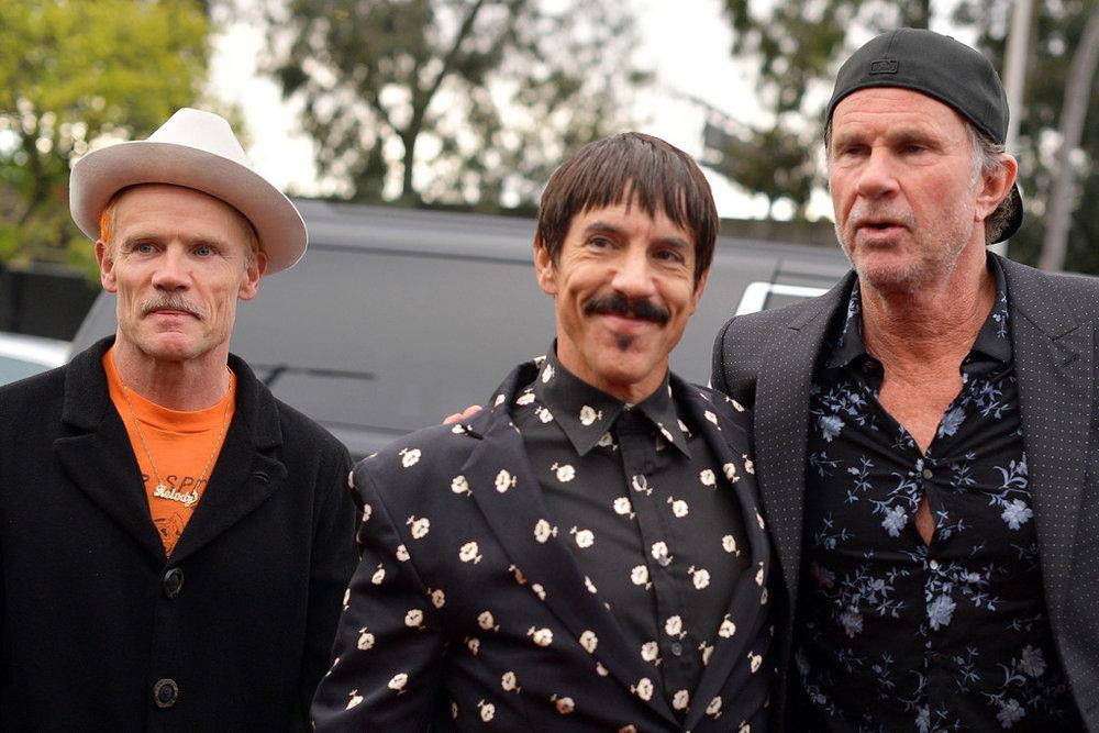 Red Hot Chili Peppers Uma das bandas mais reconhecidas pela mistura de estilos. No som e no figurino. Para a premiação de ontem, Flea, Anthony e Chad seguiram essa linha. Claro que faltou um pouco de parcimônia e capricho com as estampas, mas originalidade também é algo a ser ressaltado - e isso o trio tem de sobra.