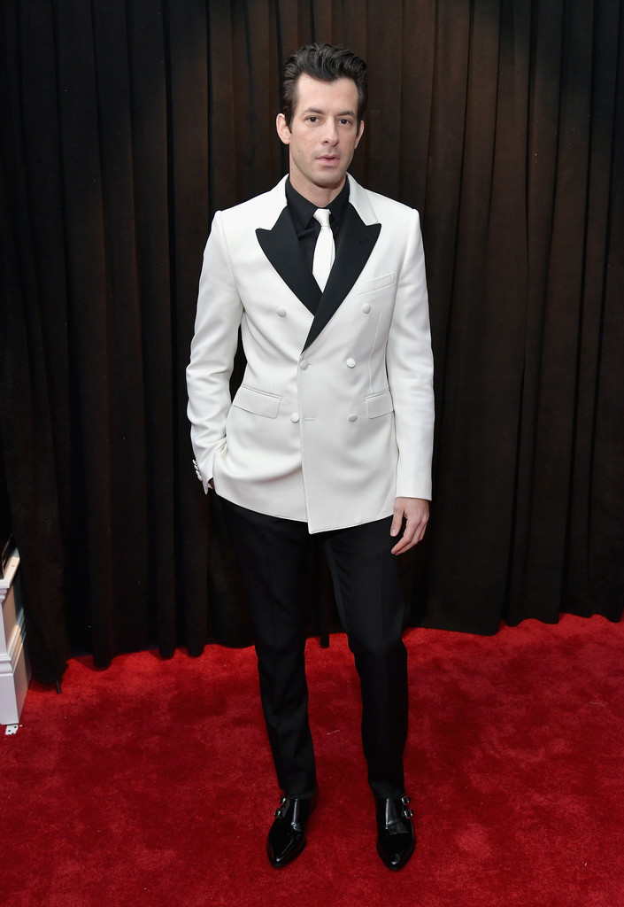 Mark Ronson Olha o traje branco se fazendo presente novamente. Dessa vez quase perfeito. Quase por causa da gravata, que deve ser sempre no tom ou mais escura do que a camisa. Como resolver? Simples: com uma gravata preta ou uma camisa branca. De resto, pura perfeição de cortes e medidas.