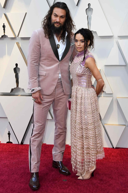 Jason Momoa O ator havaiano, fez parecido, mas diferente. A gente explica: ao apostar em uma textura aveludada e num tom rosa mais chamativo, Momoa quebrou a formalidade ao não usar gravata. Uma forma despojada de vestir um traje de gala que combinou com o estilo próprio do Aquaman.