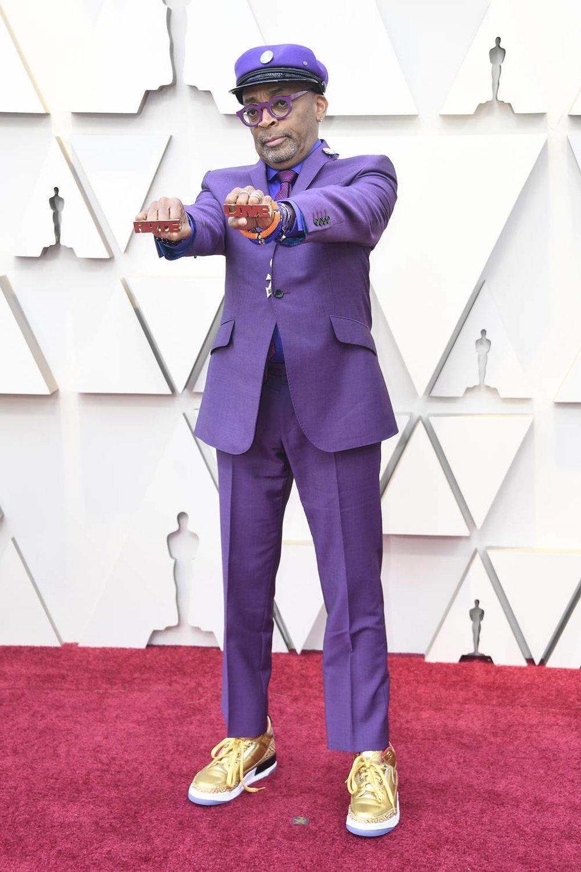 Spike Lee Se não fosse assim não seria o Spike Lee. Original como as histórias que ele conta e autêntico como os filmes que ele faz. Merece todos os aplausos pelo conjunto da obra, pelo Oscar de Melhor Roteiro Adaptado e até pelo figurino de ontem.