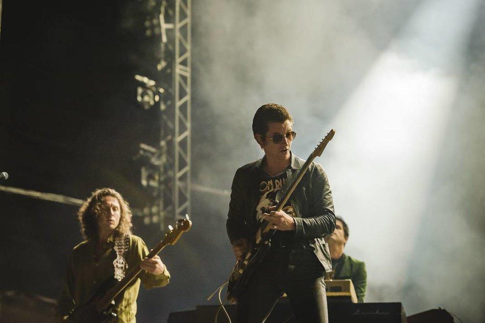 Arctic Monkeys. Encerrando a nossa galeria com uma das mais aguardadas apresentações do Lollapalooza BR 2019. Voltando ao visual rock de longas madeixas, gel, jaquetas de couro e calças skinny, Alex Turner e seu time desferiram a metralhadora de hinos do indie com a elegância de sempre.