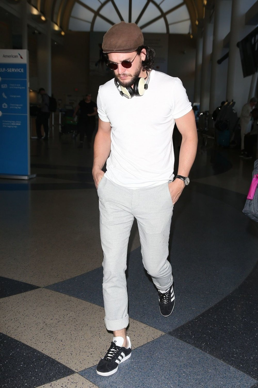 kit-harington-arriving-to-jfk-airport-in-new-york-city-3.jpg