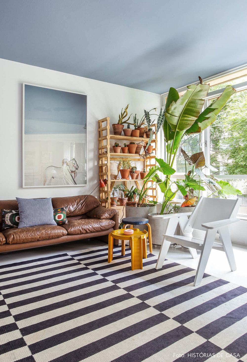 02-decoracao-o-apartamento-do-mauricio-arruda-historias-de-casa-estante-de-plantas.jpg