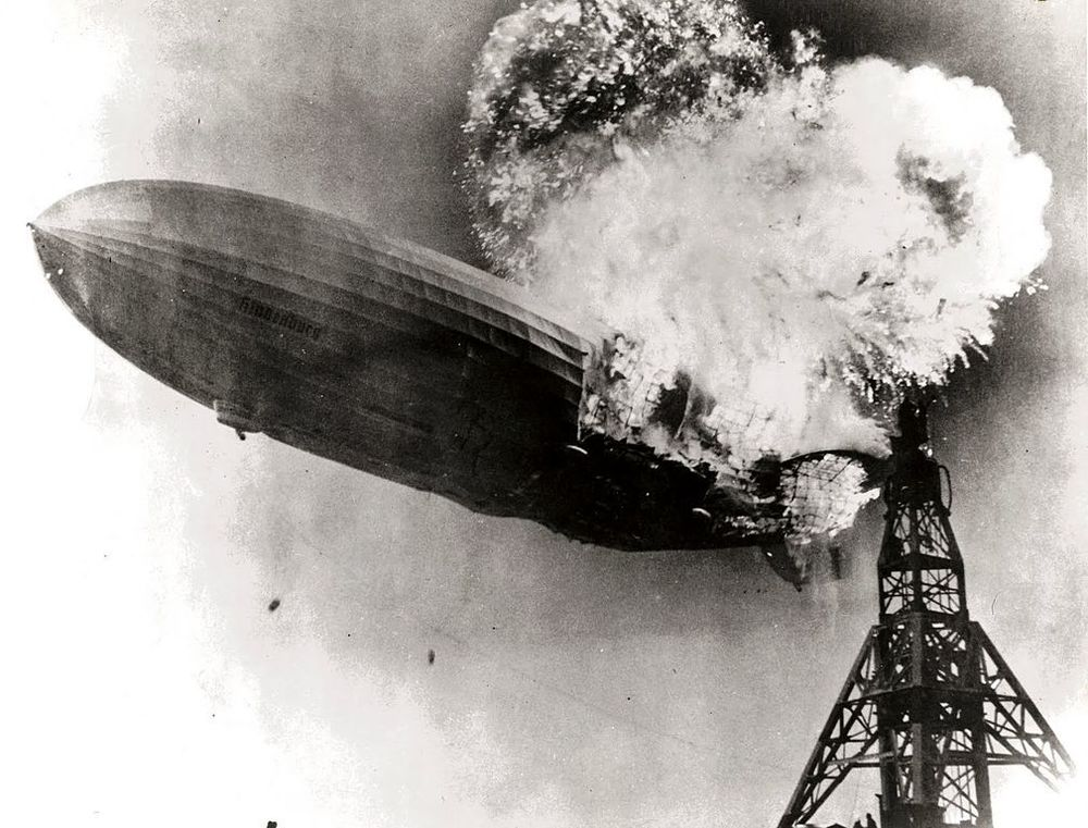 1009px-Hindenburg_burning.jpg