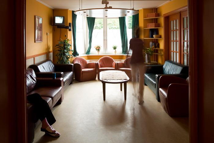 Woonkamer van een vrouwenopvang met gemeenschappelijk wonen (foto Janine Schrijver)